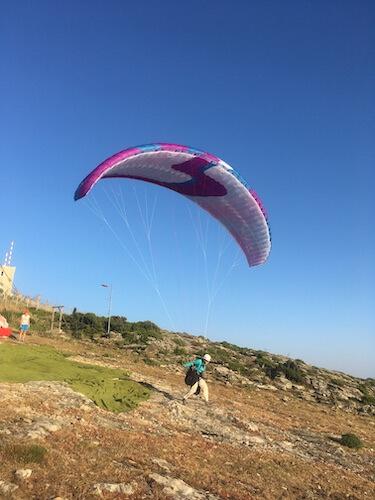 Parapente en vol dans les montagnes de Corse